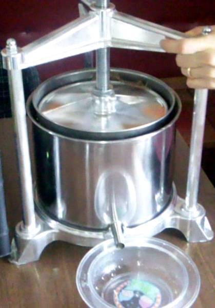 Come fare l 39 olio d 39 oliva in casa test attrezzatura olearia for Pressa idraulica fai da te